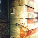 Eingang des Wohnhauses Am Bassin No.3 im Jahr 2004